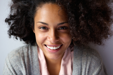 Photo pour Close up portrait of a beautiful african american woman face smiling - image libre de droit