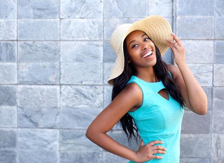 Photo pour Portrait of a happy smiling young woman with sun hat - image libre de droit