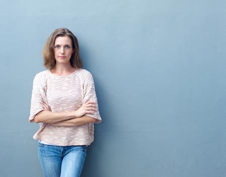 Foto de Portrait of a confident mid adult woman posing with arms crossed - Imagen libre de derechos