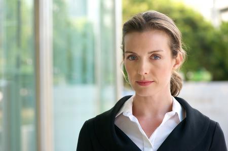 Foto de Close up portrait of an attractive business woman with serious face expression - Imagen libre de derechos