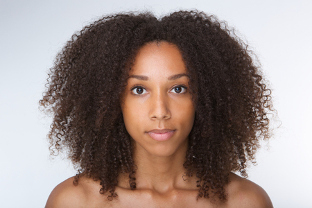 Photo pour Close up portrait of a beautiful african american young woman with curly hair - image libre de droit