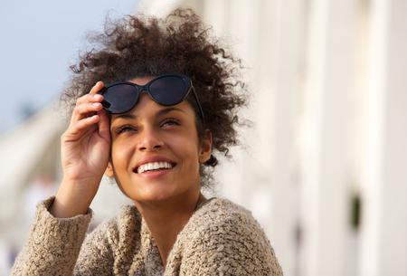 Foto de Close up portrait of a happy smiling young woman outside - Imagen libre de derechos
