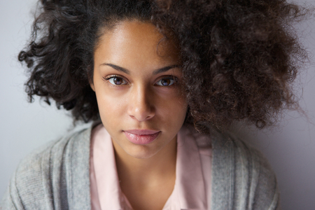 Foto de Close up portrait of an attractive young african american woman - Imagen libre de derechos