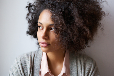 Foto de Close up portrait of a beautiful black woman looking away - Imagen libre de derechos