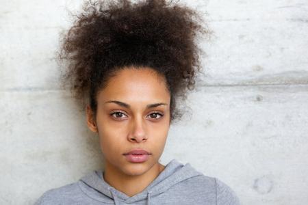 Foto de Close up portrait of an attractive african american woman looking at camera - Imagen libre de derechos