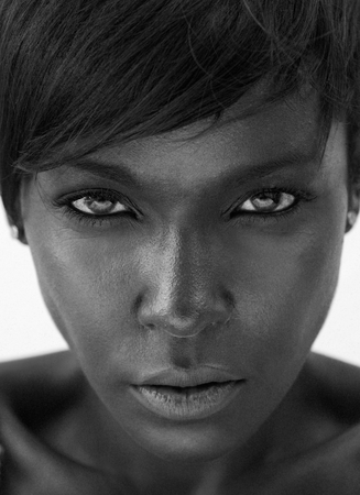 Foto de Close up black and white portrait of a beautiful african american woman staring - Imagen libre de derechos