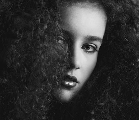 Foto de Close up black and white portrait of a a beautiful female fashion model with curly hair - Imagen libre de derechos
