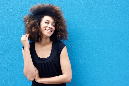 Foto de Portrait of smiling african woman with afro hairstyle - Imagen libre de derechos