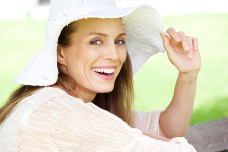 Foto per Close up portrait of a beautiful woman laughing with sun hat - Immagine Royalty Free