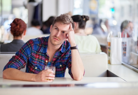 Photo pour Pensive drunk man in a bar - image libre de droit