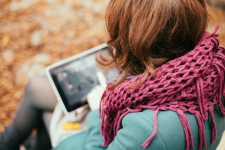 Foto de Woman using tablet computer outdoors - Imagen libre de derechos