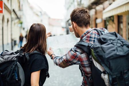 Foto de Couple of backpackers looking at city map  - Imagen libre de derechos