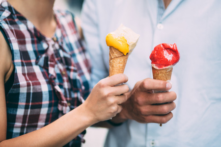 Photo pour Couple eating ice cream on street - image libre de droit