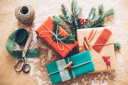 Foto de Classy Christamas gifts box presents on brown paper - Imagen libre de derechos