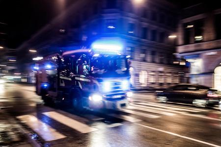 Foto de Fast driving fire truck in a night city - Imagen libre de derechos