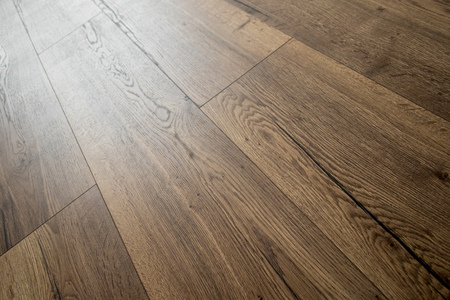 Photo pour Perspective view of dark brown mocca oak floor tiles with daylight reflection - image libre de droit