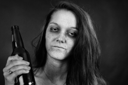 Foto de Dramatic black and white portrait of a young woman addict with beer, junkie, alcohol or drug addiction. - Imagen libre de derechos