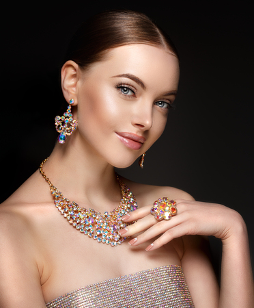 Photo pour Model in set of jewellery. Luxury girl in shine jewelry from precious stones, diamonds. Beautiful woman in a necklace, earrings and big ring. Beauty and accessories. - image libre de droit