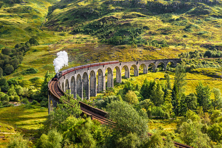Foto per Glenfinnan Railway Viaduct in Scotland with the Jacobite steam train passing over - Immagine Royalty Free