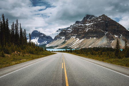 Foto de Scenic Icefields Pkwy in Banff National Park leading to the Bow Lake. It travels through Banff and Jasper National Parks and offers spectacular views of the Rocky mountains. - Imagen libre de derechos