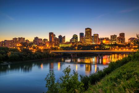 Photo pour Edmonton downtown, James Macdonald Bridge and the Saskatchewan River at night, Alberta, Canada. Long exposure. - image libre de droit