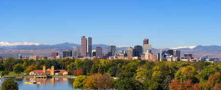 Foto de Skyline of Denver downtown with Rocky Mountains - Imagen libre de derechos