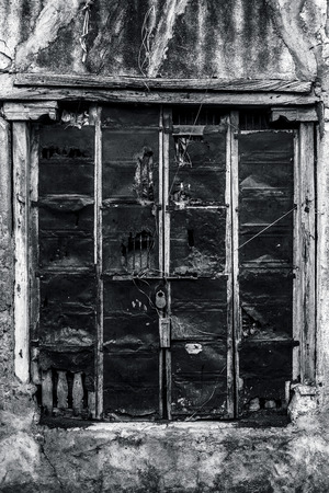 Photo pour Wooden door with artistic carved designs above and in the side of the door used as background and texture. - image libre de droit