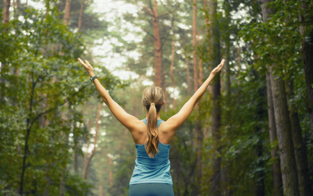 Foto de healthy lifestyle fitness sporty woman running early in the morning in forest area, fitness healthy lifestyle concept - Imagen libre de derechos
