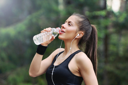 Foto de healthy lifestyle fitness sporty woman running early in the morning in forest area, healthy lifestyle concept - Imagen libre de derechos