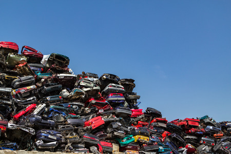 Foto de Stacked and crushed cars at a Amsterdam junkyard in the Netherlands. - Imagen libre de derechos