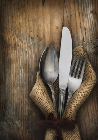 Foto de Vintage silverware on rustick wooden background - Imagen libre de derechos