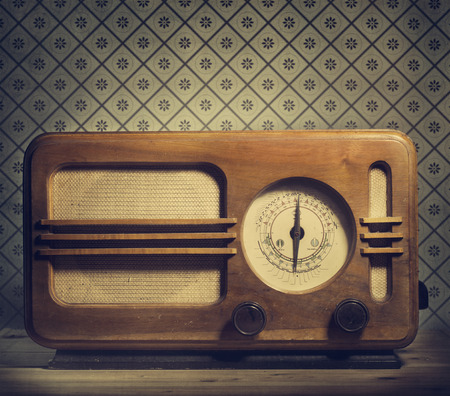 Foto de Antique radio on retro background - Imagen libre de derechos