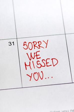 Photo pour Sorry we missed you message on sticker note pin on calendar date 31st.  Business concept. - image libre de droit