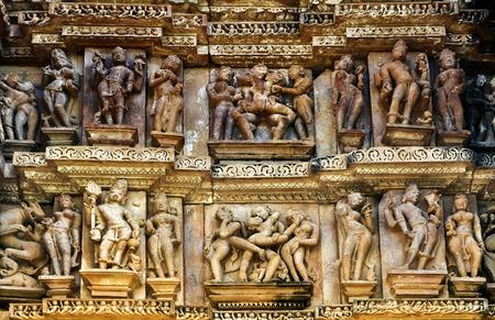 Foto de Erotic Human Sculptures at Vishvanatha Temple, Western temples of Khajuraho, Madhya Pradesh, India. UNESCO World heritage site and is tourist destination for erotica. - Imagen libre de derechos