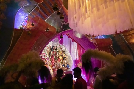Foto de Kolkata, India - October 17, 2018 : Dhaakis (drummers) performing during Durga Puja - shot at night under colored light. A religious custom of Hinduism - tradition of over thousand of years. - Imagen libre de derechos