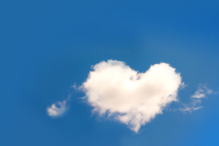 Foto de Heart shaped cloud in blue sky - Imagen libre de derechos