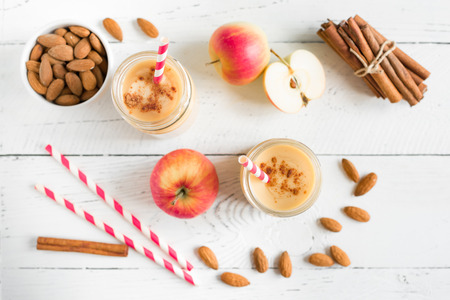 Photo pour Apple pie protein smoothie drink with almond milk. Homemade apple smoothie with apple pie spices (cinnamon) on white wooden background, copy space. - image libre de droit