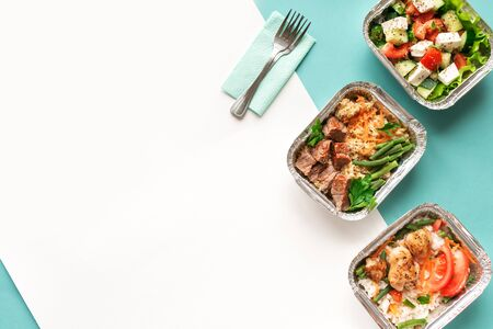 Photo pour Healthy food delivery. Take away of organic daily meal on blue, copy space. Clean eating concept, healthy food, fitness nutrition take away in foil boxes, top view. - image libre de droit