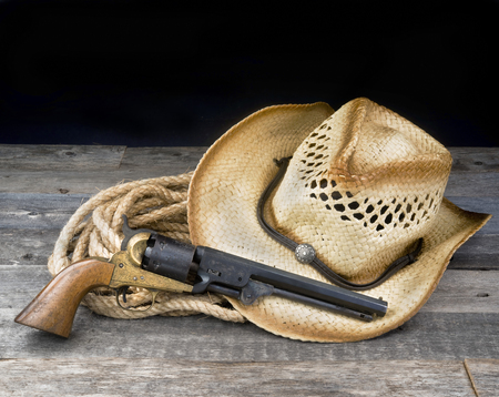 Photo pour Cowboy pistol, straw hat and rope with room for your type. - image libre de droit