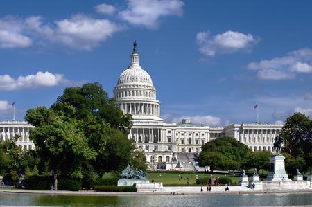 Photo pour American Capital Building in Washington DC showing the reflecting pool.. - image libre de droit