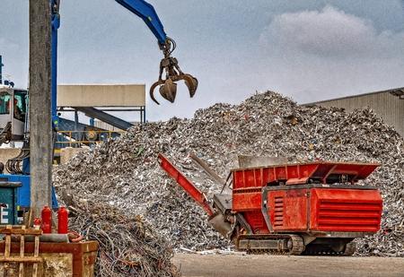 Foto de Recycling scrap metal at a waste management facility - Imagen libre de derechos