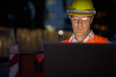 Photo pour Mature man construction worker at the construction site in the c - image libre de droit