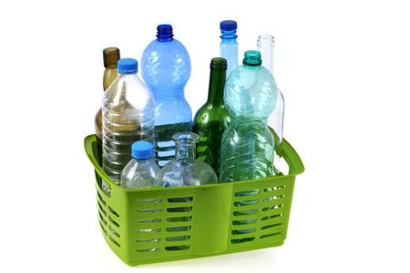Photo pour Basket of plastic bottles - image libre de droit