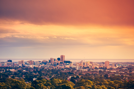Foto de Adelaide city skyline viewed from the hills - Imagen libre de derechos