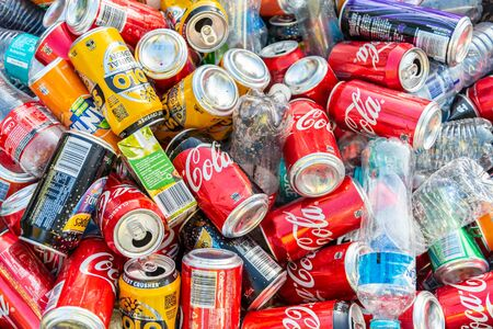 Foto de Adelaide, South Australia - May 6, 2018: Pile of soft drink cans and plastic bottles collected after public event and ready for recycling - Imagen libre de derechos