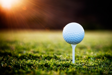 Photo pour Close up of golf ball on tee  - image libre de droit