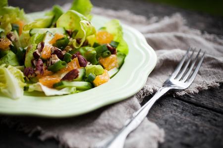 Photo pour Summer salad with tangerine and nuts - image libre de droit