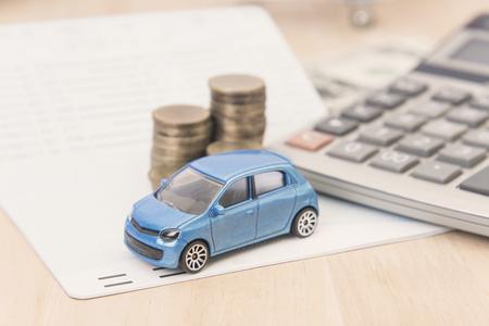 Photo pour car with calculator and money on wood table. auto loan concept. - image libre de droit
