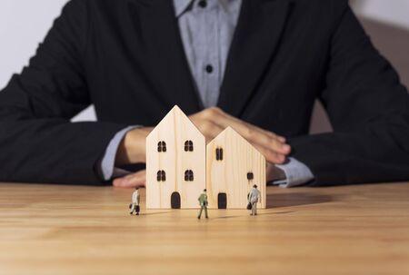 Photo pour Business salesman agent offer wooden home. concept home and residence insurance. - image libre de droit