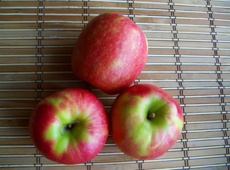 Foto de Three rich red apples. - Imagen libre de derechos